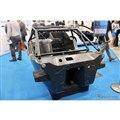 東レのブースに展示されていたSUPER GTのGT500マシン用カーボンモノコック。オートクレーブ製法で製作されている。