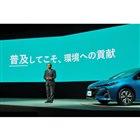発表会で「プリウスPHV」を紹介するトヨタ自動車の内山田竹志 代表取締役会長。現在最も省エネルギーにつながるクルマとして、プラグインハイブリッド車の存在意義を強調した。