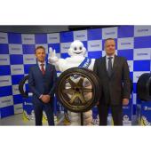 左からロニー・クインタレッリ選手、ビバンダム(ミシュランマン)、日本ミシュランタイヤのポール・ペリニオ代表取締役社長。