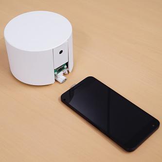 スマホを見つけて自動充電する「充電ロボ」、KDDIがプロトタイプを開発  画像1