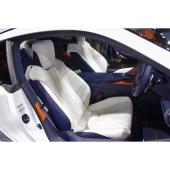"""「LC500h""""Lパッケージ""""」のフロントシート。表皮には本革が採用されている。"""