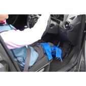 「高齢者なりきりセット」を装着して最新マツダ車のペダルレイアウトを確認。少ない負担で無理のないペダル操作が可能だ