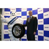 「ミシュランX-ICE3+」と日本ミシュランタイヤのポール・ペリニオ代表取締役社長。