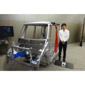 N-BOXのホワイトボディーと木村勇介主任研究員
