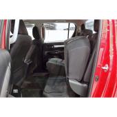 後席の座面はチップアップ可能。背の高い荷物を室内に積載できる。