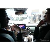 デモカーに乗り込んで、音声認識による最新技術のデモを体験できる