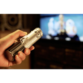 「STAR WARS」ライトセーバー型リモコン、効果音とともにテレビ電源をオン