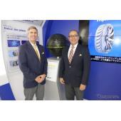 『EAGLE360URBAN』を挟んで、インタビューに答えるグッドイヤーのアジアパシフィック消費財タイヤ部門 副社長 ライオネル・ラミレス氏と、同アジアパシフィック 製品開発部門 副社長 デビッド・ザンジグ氏