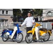 新型スーパーカブ50/110と開発責任者、亀水二己範さん。