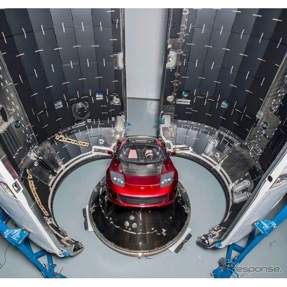 テスラの新型ロケット「ファルコンヘビー」の内部に初代ロードスター