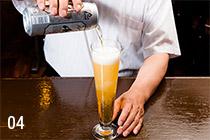 04 グラスを平らなテーブルなどに置き、一気に注ぎ込む。