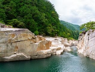 岩場など不安定な場所でも安定した撮影が可能