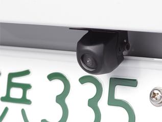 バックカメラ対応製品なら、ナビ画面で車の後方確認もできる