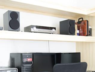 小型のフロントバッフル面により高音と低音の一体感が得られる