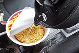 車内でお湯を沸かせる「車用電気ケトル」で作ったラーメンがウマい…