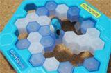 ペンギンが落ちたら負け! 氷を壊す「クラッシュアイスゲーム」が流行中