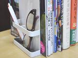 ペンなどの小物も立て掛けられる、機能的で便利なブックエンド