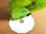 はくり紙をはがす手間なし。片手で貼れるローラー式の両面テープ