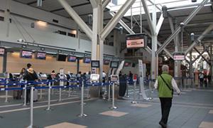 バンクーバー空港の日本航空カウンター