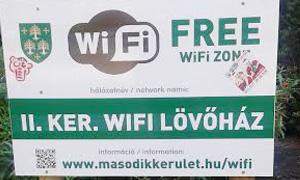 市庁舎前の広場や歩行者専用道路(ルヴーハーズ通り)の公式Wi-Fi看板