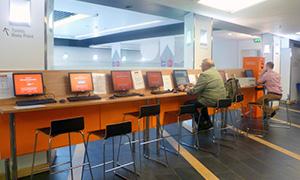 安航空会社「Easyjet」の系列のインターネットカフェ