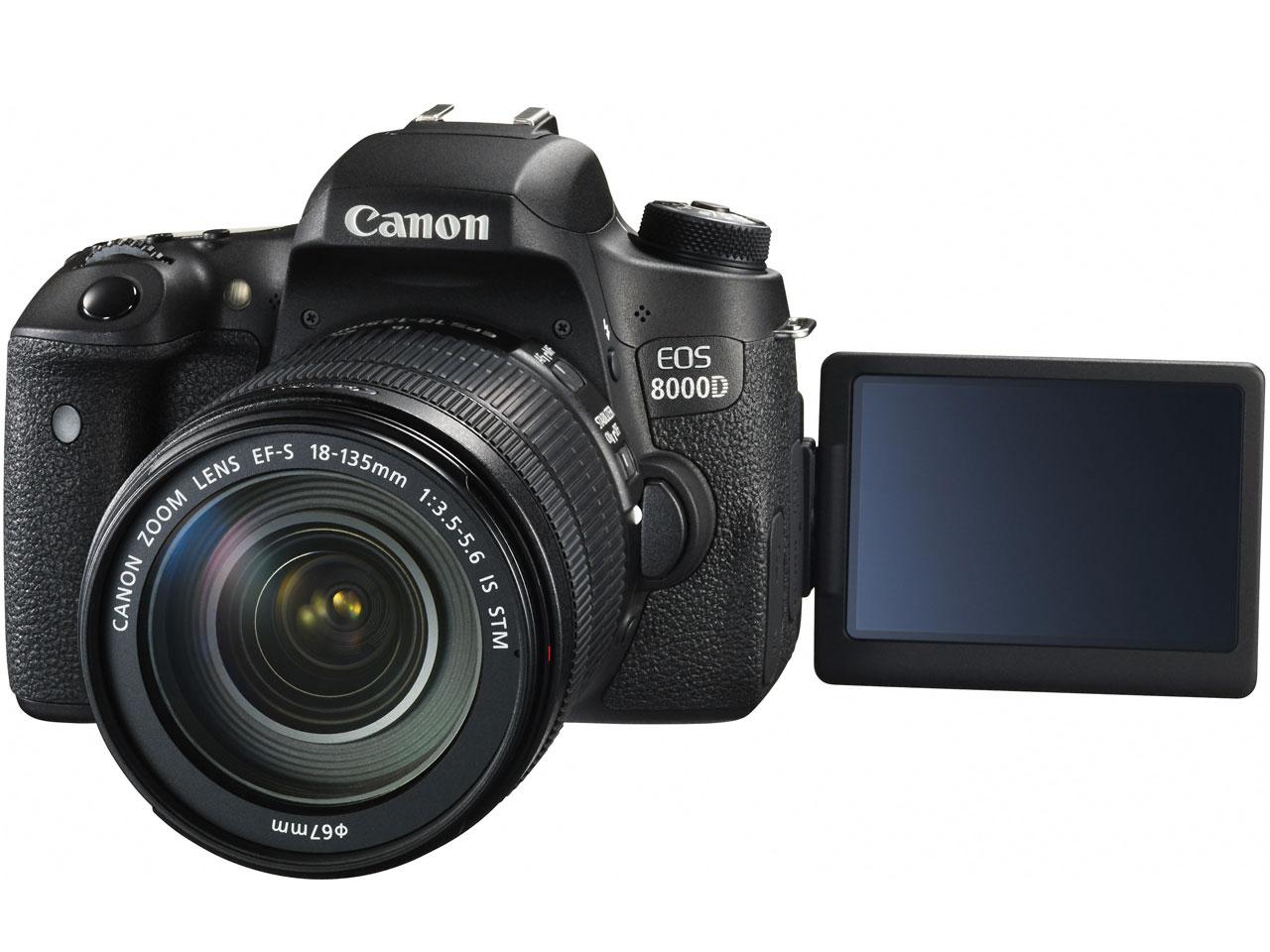 『本体 正面 バリアングル』 EOS 8000D EF-S18-135 IS STM レンズキット の製品画像
