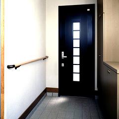 カバー工法で金属の玄関ドアを取り付け