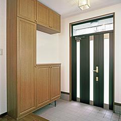 カバー工法で玄関ドアを取り付け、収納も設置