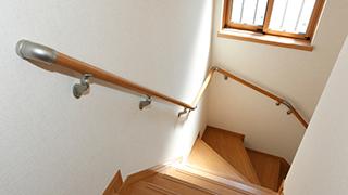 階段での転倒を防ぐ手すりは重要