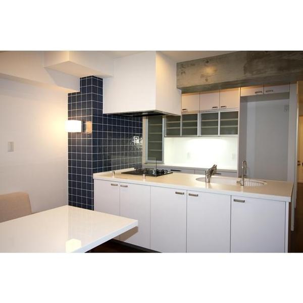 対面型キッチンで開放的な明るい空間となっております。アクセントのタイルが映えます。
