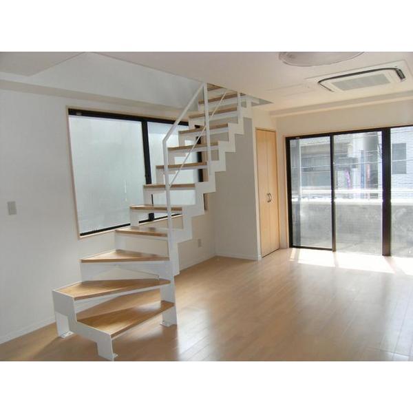 リビングに開放感のあるストリップ階段を設置。