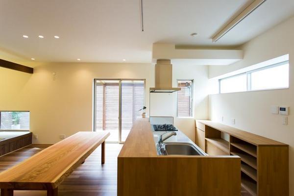 造作収納を計画したことで、木の質感が漂うキッチン空間となりました。