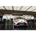 トヨタ自動車東京本社に勢ぞろいしたチームメンバー。来年はここにタナック/ヤルヴェオヤ組が加わる...