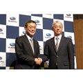 スバル現社長兼CEOの吉永泰之氏(左)と、新社長に内定した中村知美氏。