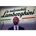 「ランボルギーニ アヴェンタドール SVJ」の置かれたステージ上でスピーチを行ったランボルギー...