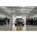 「アストンマーティンDBX」の生産第1号車がラインオフする様子。