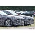 BMW 7シリーズ 次期型プロトタイプ。手前がPHEV、奥がEVの「i7」(スクープ写真)