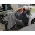 トヨタ・スープラ のオープンモデル「GRスープラ・スポーツトップ」製作の過程。ルーフをカットしているシーン