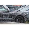 BMW 5シリーズ 次期型プロトタイプ。ボディサイドには「エレクトリックテスト車(EV)」の文字が(スクープ写真)