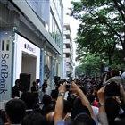 ソフトバンク表参道店、1番目の購入者とソフトバンクの孫正義社長(11日07:38)