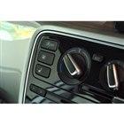 センターコンソールの一角(写真上方)には、アイドリングストップ機能のon/offボタンが追加されている。