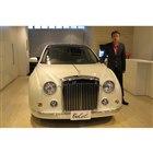 新型「ミツオカ・ガリュー」と光岡自動車の光岡章夫代表取締役社長。