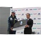 ジャパンスキーチーム ジャンプの葛西紀明選手と富士重工業 常務執行役員の細谷和男氏。