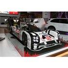 会場の中央にはレーシングカーの「ポルシェ919ハイブリッド」が展示されている。