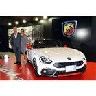 「アバルト124スパイダー」とFCAジャパンのマーケティング本部長ティツィアナ・アランプレセ氏(写真向かって右)、FCAアバルト・デザインヘッドのルーベン・ワインバーグ氏。