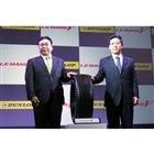 ダンロップの新製品「ル・マンV」と、住友ゴム工業執行役員の増田栄一氏(写真向かって左)、専務執行役員の西 実氏(同右)。