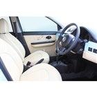 シートやドアの内張りには合成皮革が用いられる。