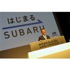 新しい社名が刻まれたプレートと、吉永泰之社長。