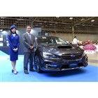 「スバル・レヴォーグ」と小島氏。新しい「アイサイト」は、レヴォーグと「WRX S4」の改良モデルから順次導入される。