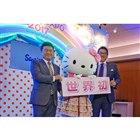 写真左から韓国ネクセンタイヤ本社のカン・ホチャン社長、キティ、ネクセンタイヤジャパンの西村 竜社長。